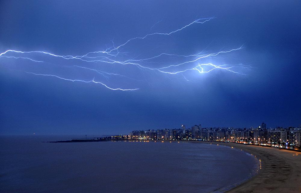 Разряд молнии над заливом в Монтевидео (Уругвай)