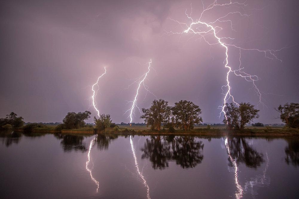 Молния в ночном небе в Премнице, северо-западная Германия