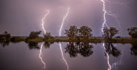 молнии в ночном небе в Премнице, северо-западная Германия