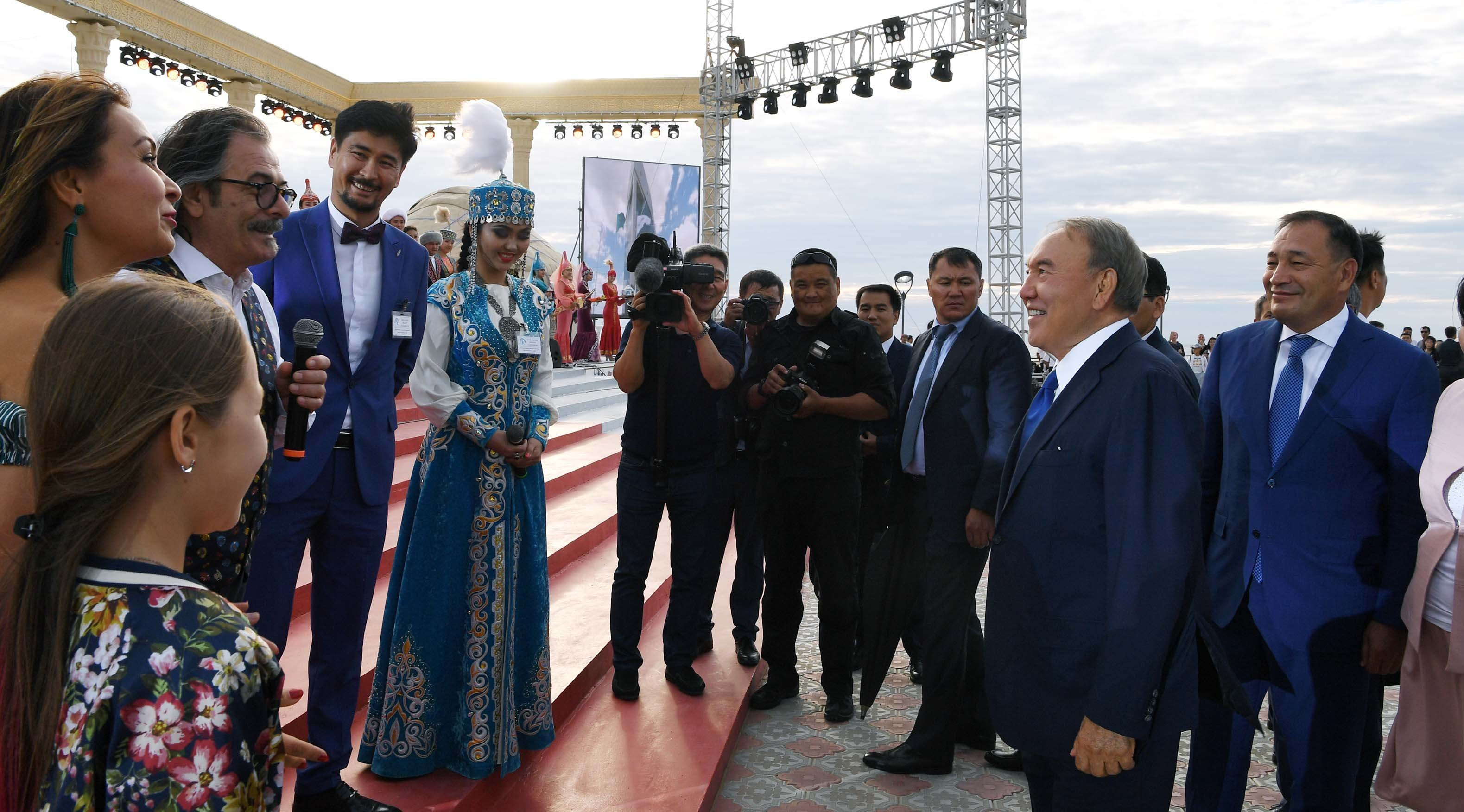 Нурсултан Назарбаев пообщался на набережной Актау с представителями искусства