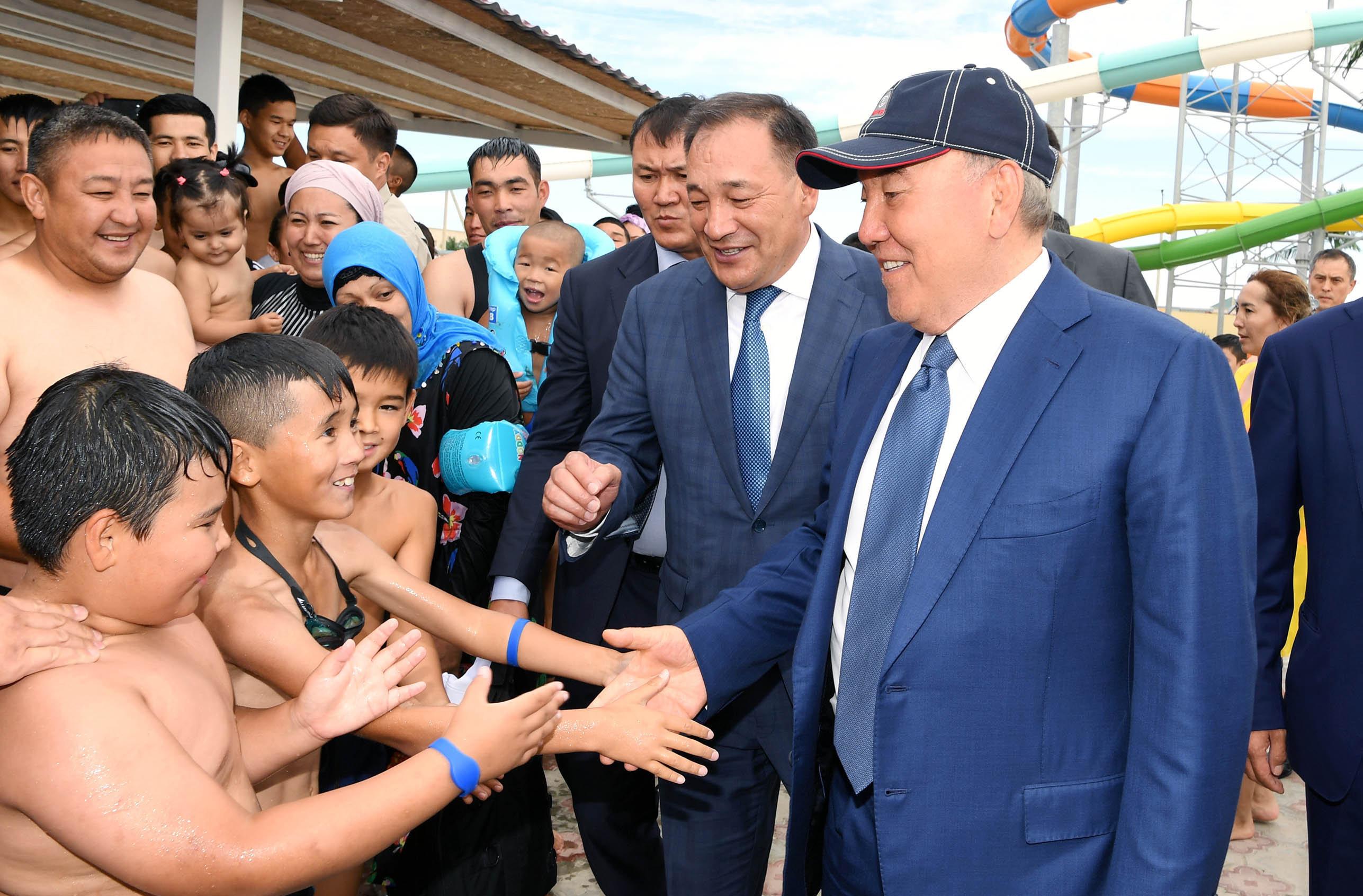 Глава государства во время посещения одного из каспийских курортов