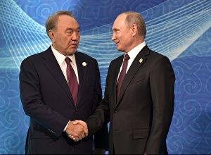 Президент РФ Владимир Путин и президент Казахстана Нурсултан Назарбаев (слева) на церемонии встречи глав государств-участников V Каспийского саммита в Актау.