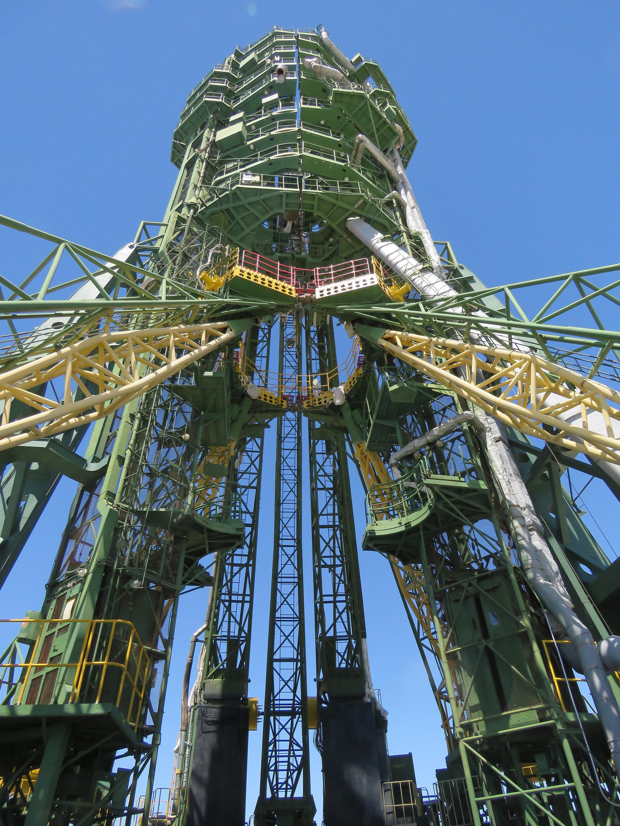 Обратите внимание на лифт - на нем поднимаются космонавты