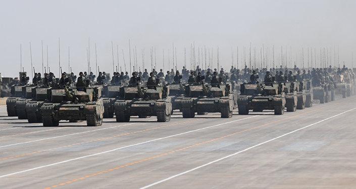 Қытай танкілері әскери парадқа қатысуда, архив суреті