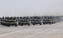 Китайские танки принимают участие в военном параде, архивное фото
