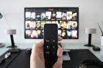 Пульт в руке от телевизора, иллюстративное фото