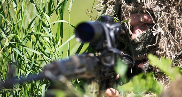 Снайпер во время учений, архивное фото