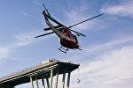 Вертолет спасателей возле разрушенного моста в Генуе