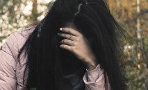 Женщина плачет, иллюстративное фото