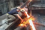 Сталевар из Армении Аркадий Мгдсян показывает трюк с раскаленным металлом