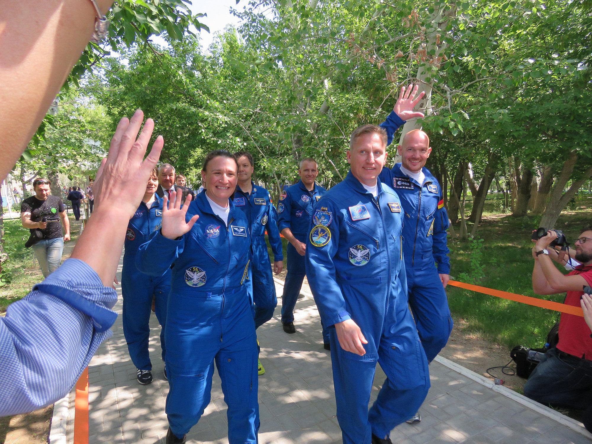Выход космонавтов из гостиницы