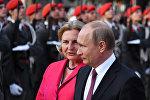 Президент России Владимир Путин и министр иностранных дел Австрии Карин Кнейсс, архивное фото