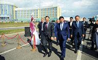 Премьер-министр Казахстана Бакытжан Сагинтаев и премьер-министр Кыргызстана Мухаммедкалый Абылгазиев во время церемонии открытия в Астане улицы имени Чингиза Айтматова