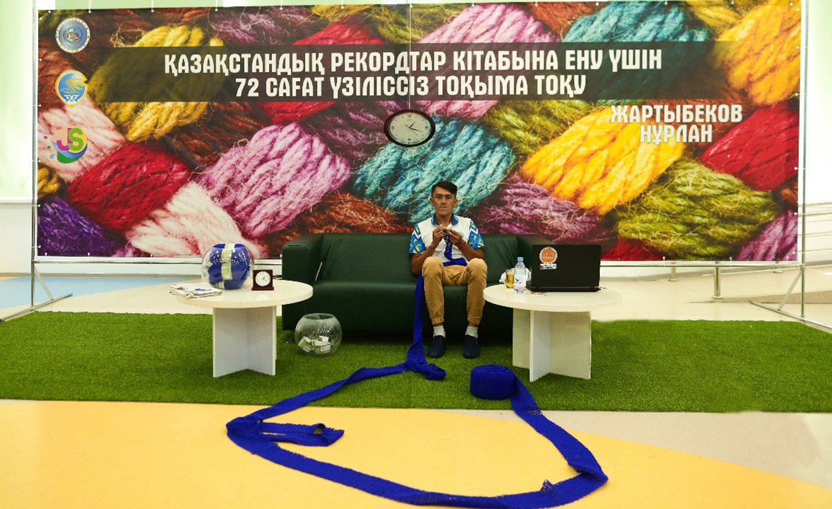 Нурлан Жартыбеков за 72 часа связал шерстяной шарф длиной 43 метра