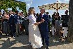Президент РФ Владимир Путин танцует с министром иностранных дел Австрии Карин Кнайсль на ее свадьбе с финансистом Вольфгангом Майлингером