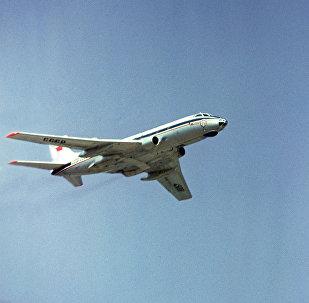 Пассажирский самолет ТУ-124 в небе, архивное фото