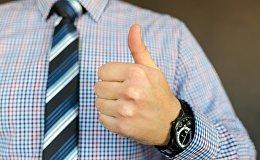 Мужчина показывает большой палец
