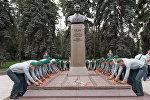 Возложение цветов к памятнику Динмухамеда Кунаева