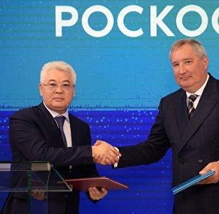 Министр оборонной и аэрокосмической промышленности Республики Казахстан Бейбут Атамкулов (слева) и генеральный директор ГК Роскосмос Дмитрий Рогозин