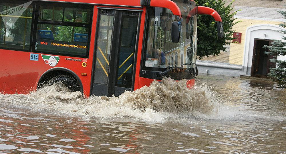 Автобус после ливня. Иллюстративное фото