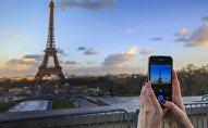 Вид на Эйфелеву башню в Париже, иллюстративное фото