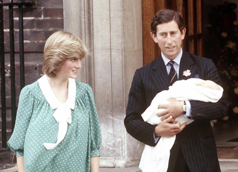 Принц Карл Принс Чарльз, принц Уэльский, с женой принцессой Дианой, держит своего новорожденного сына принца Уильяма