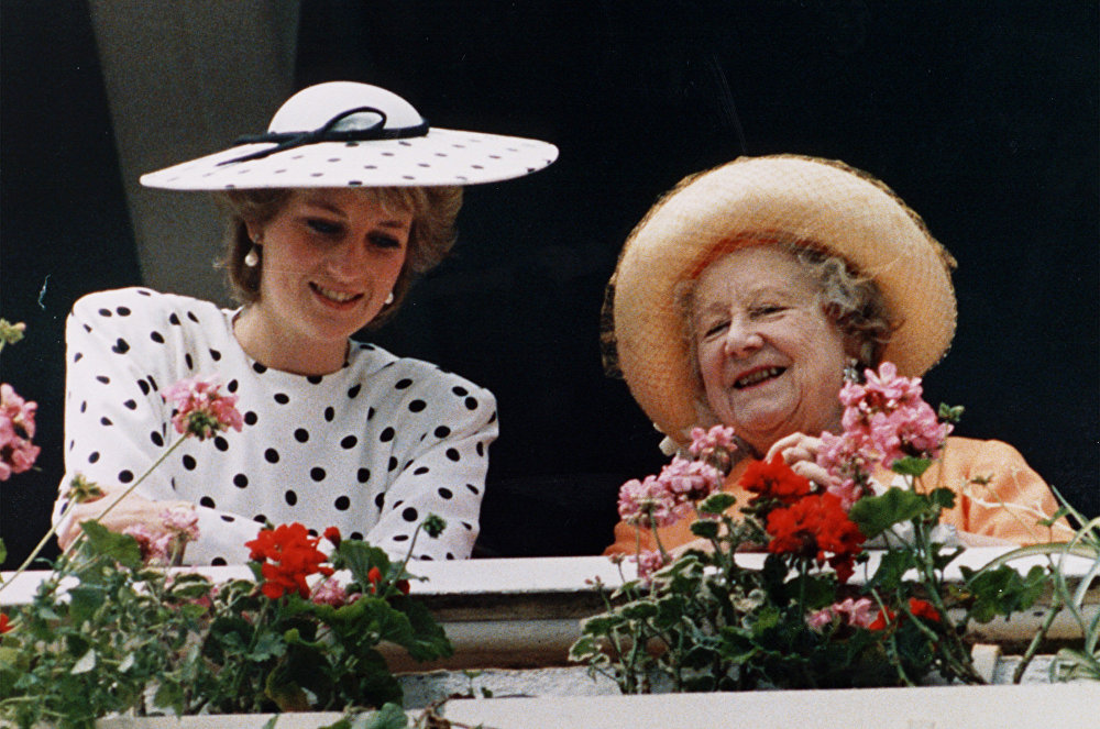 Королева Великобритании королева Елизавета, беседует с Дианой, принцессой Уэльской