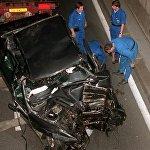 Полицейские у автомобиля, в котором принцесса Диана погибла  в автокатастрофе в воскресенье, 31 августа 1997 года в Париже