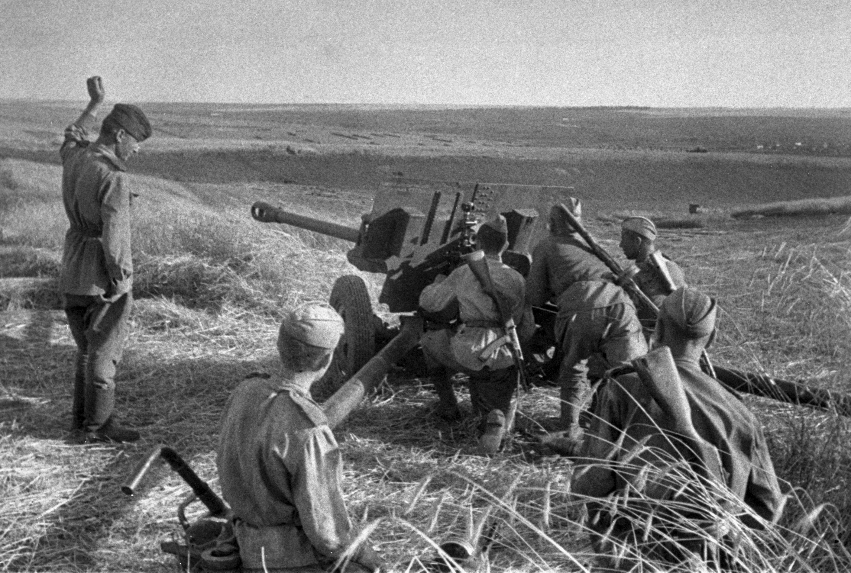 Артиллерийский расчет ведет огонь по врагу. Курская битва