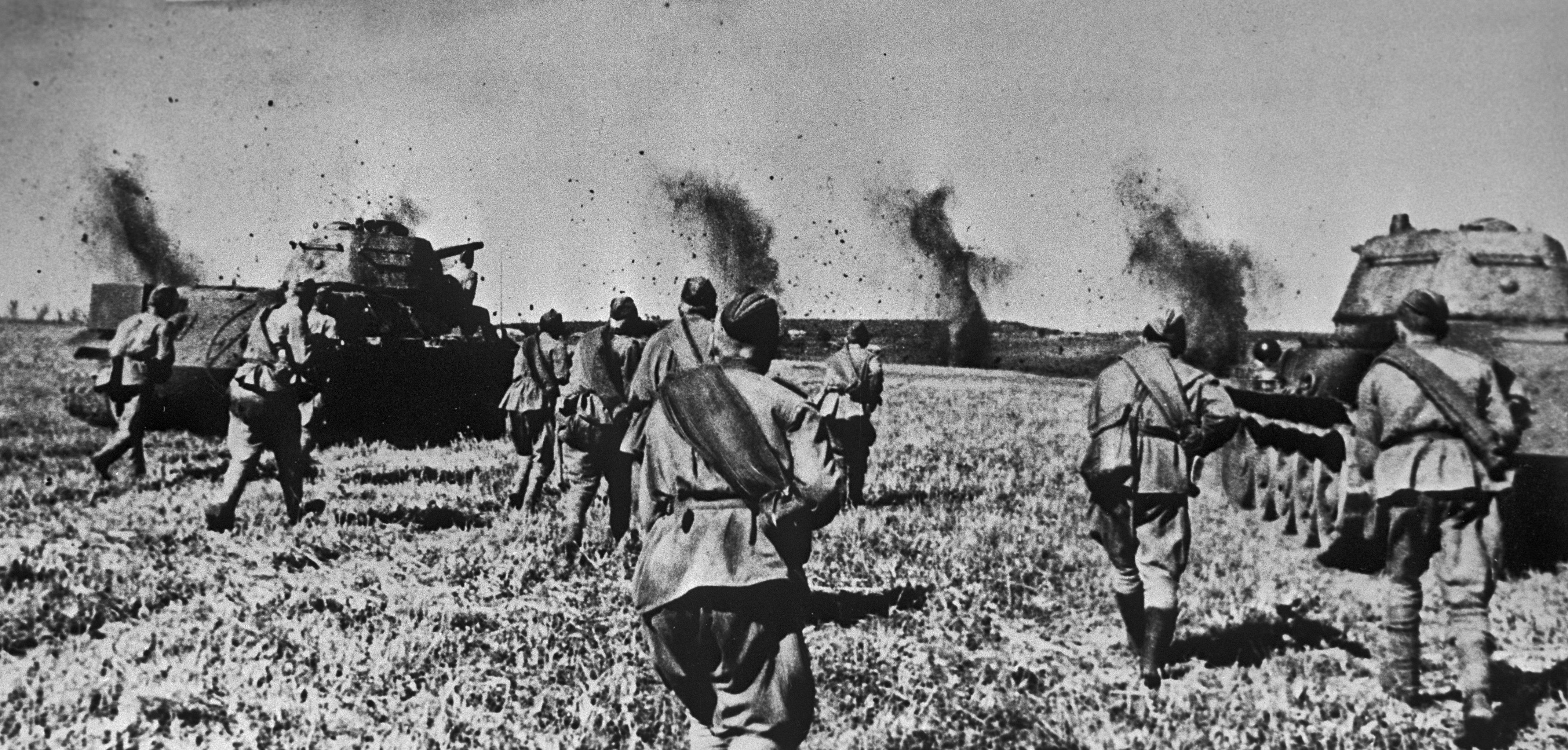 Войска Воронежского фронта под прикрытием танков идут в атаку