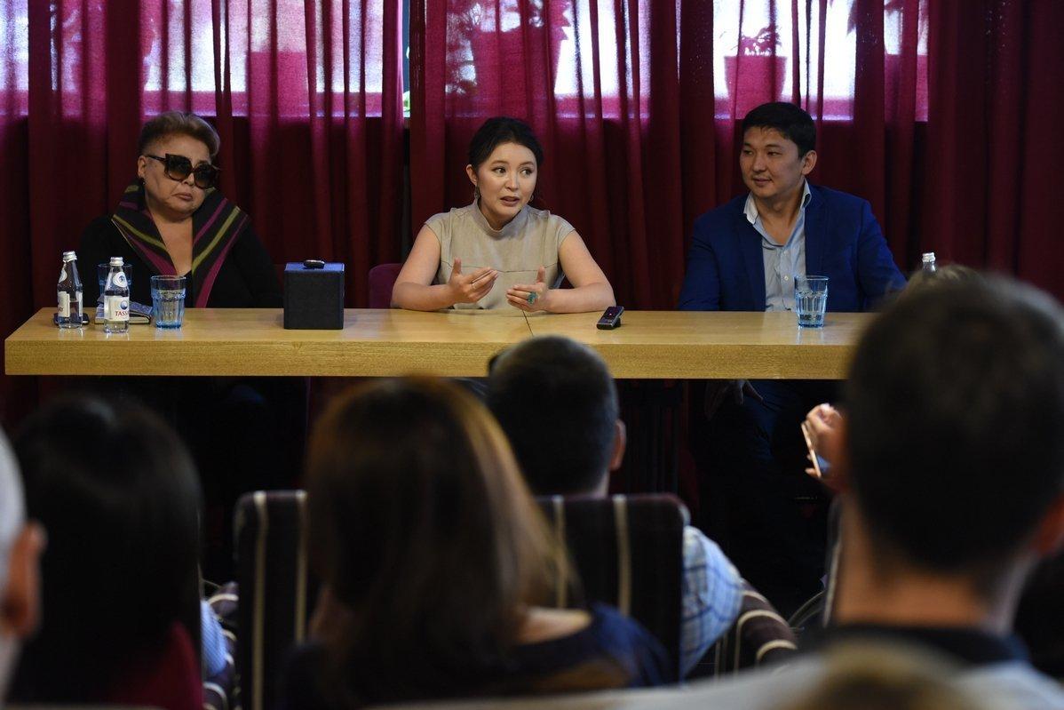 Самал Еслямова во время пресс-завтрака в Алматы