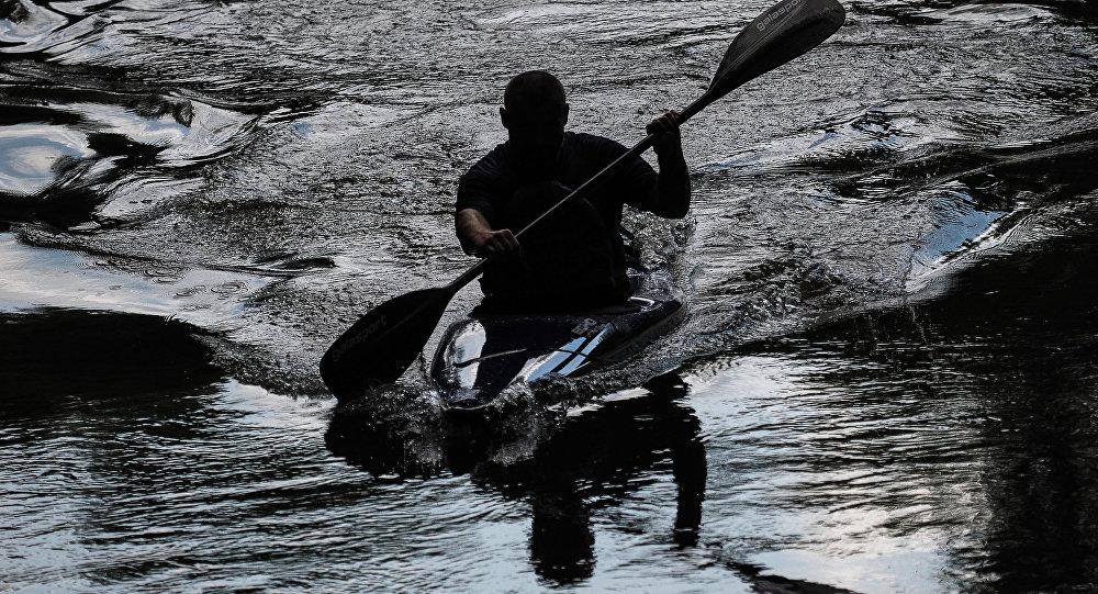 Мужчина в лодке, архивное фото