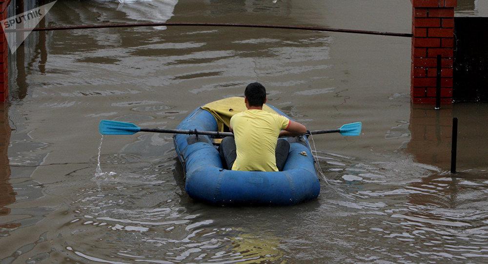 Мужчина на резиновой лодке, архивное фото