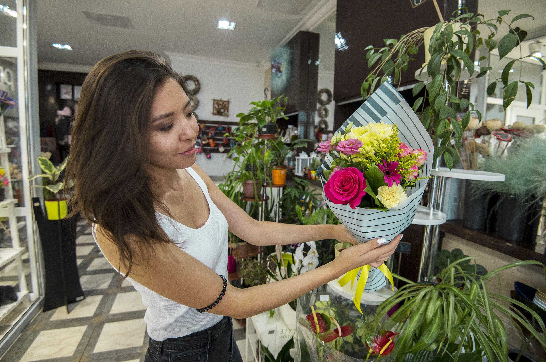 Роза Pink Floyd, хризантема, солидаго, кустовая роза и лизиантус – такой ароматный комплимент обойдется в 4200 тенге