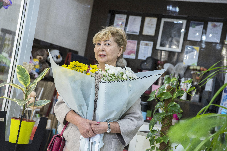 Роза Байназарова за четыре тысячи тенге купила два букета учителям своих внуков