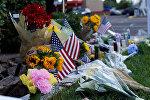 Цветы и флаги в память покойного сенатора Джона Маккейна