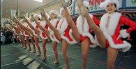 Девушки танцуют у Музея рекордов Гиннеса на Голливудском бульваре