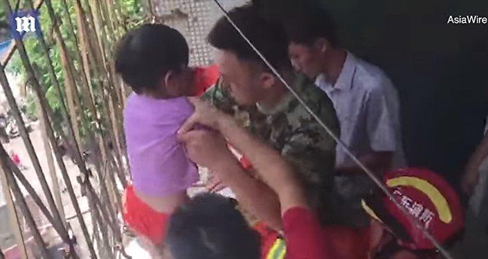 Девочка застряла на балконе