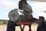 Опасная работа: как подвешивают бомбы к самолету