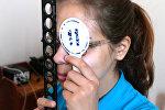 Девушка на приеме у офтальмолога, архивное фото