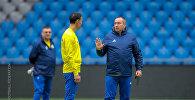 Станимир Стойлов во время тренировки национальной сборной Казахстана по футболу