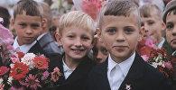 Ученики на торжественной линейке, архивное фото