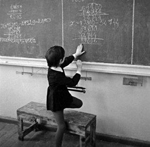 Ученица отвечает у доски на уроке математики, архивное фото
