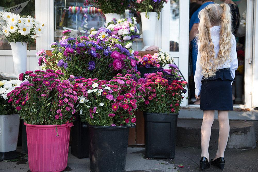 Девочка у цветочного магазина