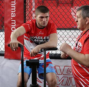 Боец смешанных боевых искусств Хабиб Нурмагомедов (слева) и тренер Абдулманап Нурмагомедов, архивное фото
