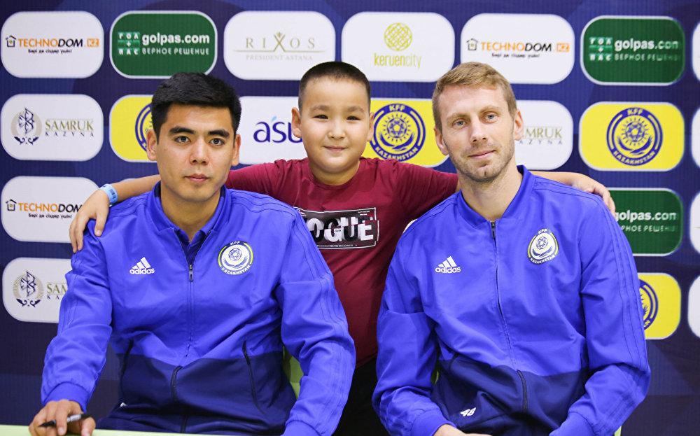 Футболисты сборной Казахстана  Еркебулан Тунгышбаев и Сергеей Малый на встрече с болельщиками