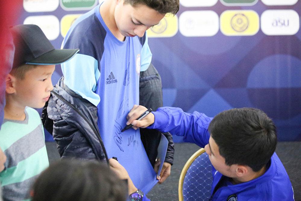 Футболист Бауыржан Исламхан на встрече с болельщиками