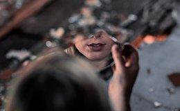 Отражение женщины в зеркальном осколке