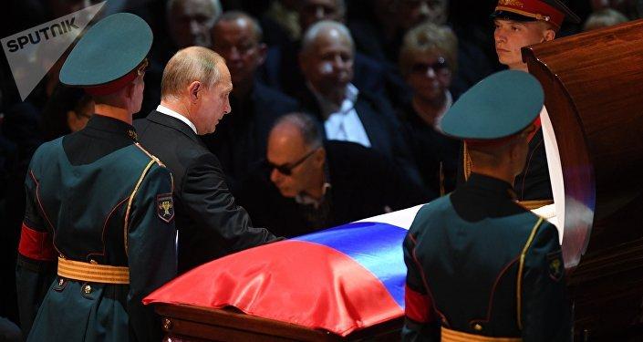 Президент РФ Владимир Путин на церемонии прощания с народным артистом СССР депутатом Государственной Думы РФ Иосифом Кобзоном
