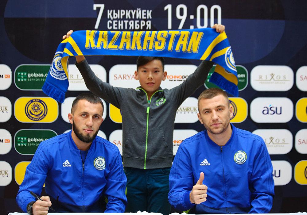 Футболисты Гафуржан Суюмбаев и Алексей Щеткин